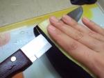 Faça as fatias com uma faca bem afiada, apoiando com a mão. Muita calma nessa hora, como a casca é meio difícil de romper você pode usar uma faca de serra pra iniciar o corte e depois correr a faca maior